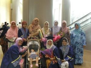 Bergambar dengan famili masing-masing..sweet moment