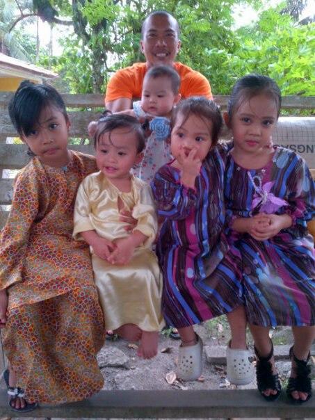Cute kan?nilah anak-anak buah yang jauh nun di Semenanjung..tapi itu tidak menghalang kami untuk saling mengasihi..makcik sayang kamu semua..:)